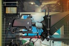 有照相机和光的电视快讯演播室 免版税库存图片