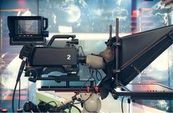 有照相机和光的-记录的电视快讯电视演播室 库存图片