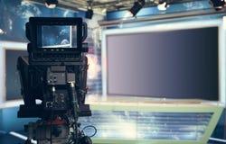 有照相机和光的-记录的电视快讯电视演播室 免版税库存照片