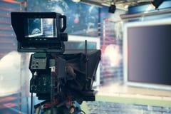 有照相机和光的-记录的电视快讯电视演播室 免版税库存图片