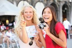 有照相机和地图的,威尼斯游客旅行朋友 免版税库存图片
