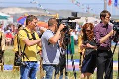 有照相机和摄象机的新闻工作者在全俄国ru 免版税图库摄影