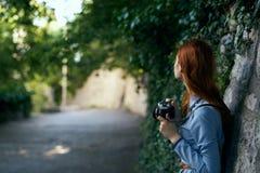 有照相机的一名妇女拍照片 库存图片