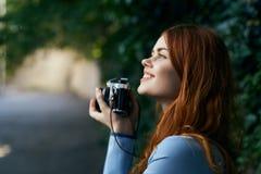 有照相机的一名妇女拍照片 免版税库存照片