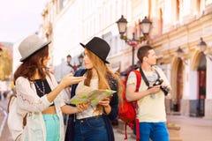 有照相机的一起人和两名妇女作为游人 图库摄影