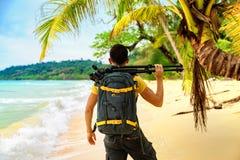 有照相机的专业在自然背景的摄影师和三脚架 免版税图库摄影
