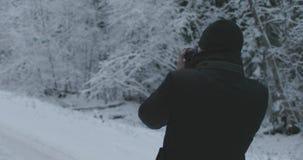 有照相机的人在冬天森林里拍照片 影视素材