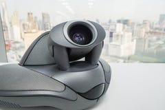 有照相机的会议电话在桌上在办公室会议室里 库存图片