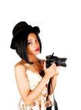 有照相机的俏丽的女孩。 免版税库存图片