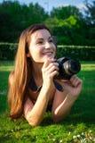 有照相机的女孩在公园 库存照片