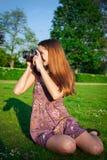 有照相机的女孩在公园 图库摄影
