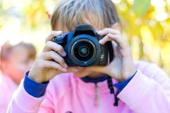 有照相机的女孩在她的hands_ 免版税库存照片