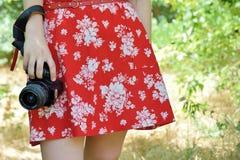 有照相机的女孩在手中 图库摄影