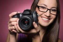 有照相机的妇女。 图库摄影