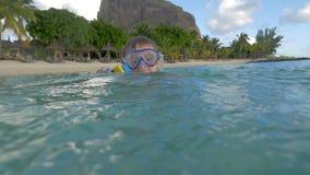 有照相机的孩子在沐浴在海的防水案件 股票录像