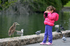 有照相机的小孩拍摄野生生物的 免版税库存图片