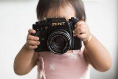 有照相机的小孩 免版税库存照片