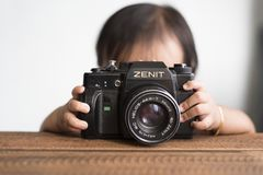 有照相机的小孩 库存图片