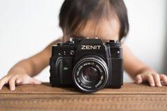 有照相机的小孩 图库摄影