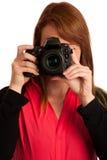 有照相机的少妇摄影师在她的手上 免版税库存照片