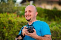 有照相机的微笑愉快的人在街道 免版税库存照片
