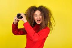 有照相机的快乐的女孩 免版税库存照片