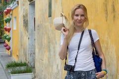 有照相机的快乐的少妇游人在街道上 库存照片