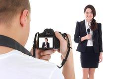 有照相机的操作员和有话筒孤立的女记者 免版税库存图片
