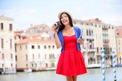 有照相机的旅行旅游妇女在威尼斯,意大利 库存照片