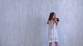有照相机的时兴的美丽的女小学生女孩 股票视频