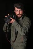 有照相机的有胡子的人 关闭 黑色背景 库存图片