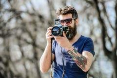 有照相机的残酷摄影师 E 记者或新闻工作者减速火箭的照相设备 行家人 免版税库存图片