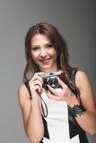 有照相机的美丽的少妇 免版税图库摄影