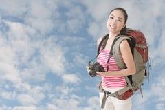 有照相机的背包徒步旅行者 图库摄影