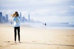 有照相机的青少年的女孩在海滩 库存照片
