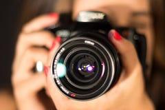 有照相机的,近镜头女孩 免版税图库摄影