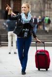 有照相机的年轻女性旅行家 免版税库存照片