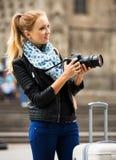 有照相机的年轻女性旅行家 库存照片