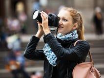 有照相机的年轻女性旅行家 库存图片