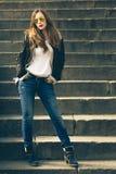 有照相机的年轻时尚妇女在台阶站立 库存图片
