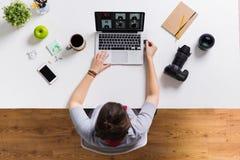有照相机闪光驱动的妇女和膝上型计算机在桌上 免版税库存图片