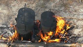 有煮沸的watet的两个黑烧瓶在慢动作的火地方 影视素材