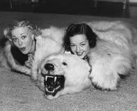 有熊地毯的妇女(所有人被描述不更长生存,并且庄园不存在 供应商保单将没有m 图库摄影