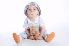 有熊玩具的小男孩 库存图片