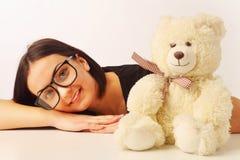 有熊玩具的美丽的妇女作为关心的标志乡情 库存图片