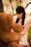 有熊的女孩 图库摄影