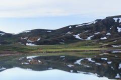 有熔化的雪的Mountain湖 库存照片