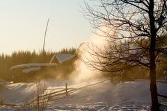 有熔炉和木柴的冬天房子 免版税库存图片