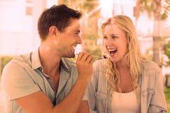 有熟悉内情的年轻的夫妇沙漠一起 免版税库存图片