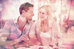 有熟悉内情的年轻的夫妇沙漠一起 免版税库存照片